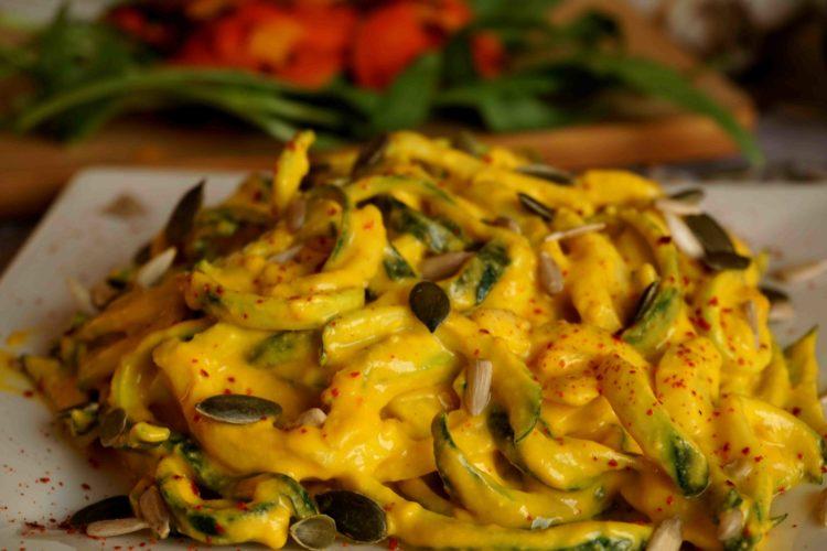 Macarrão de abobrinha com molho de moranga para falar da beleza dos alimentos sazonais