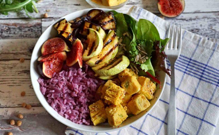 O que poderia ser melhor do que uma tigela de arroz? Uma tigela Buda com arroz roxo