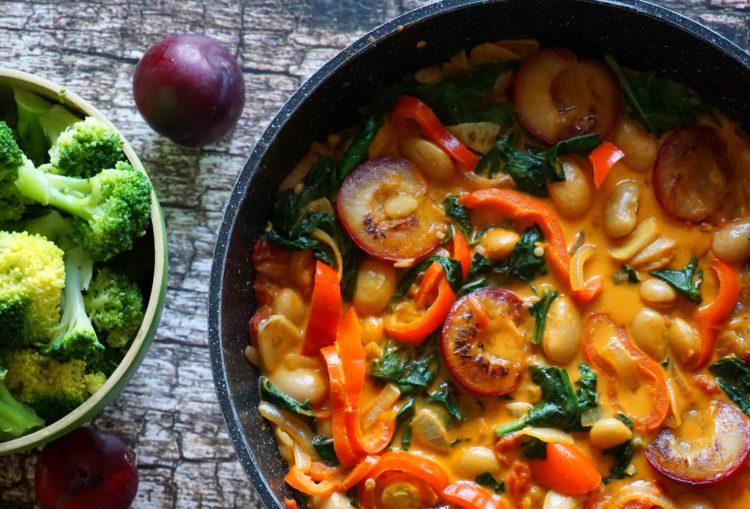 Quer uma boa fonte de proteína com um sabor exótico ? Experimente este curry com feijão branco, leite de coco e ameixas