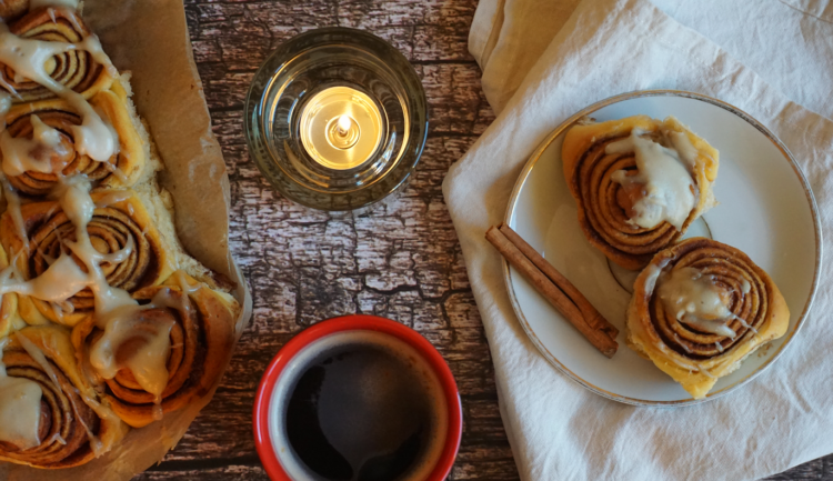 """Have you ever tried """"hygge""""? Then start by baking delicious vegan cinnamon rolls"""