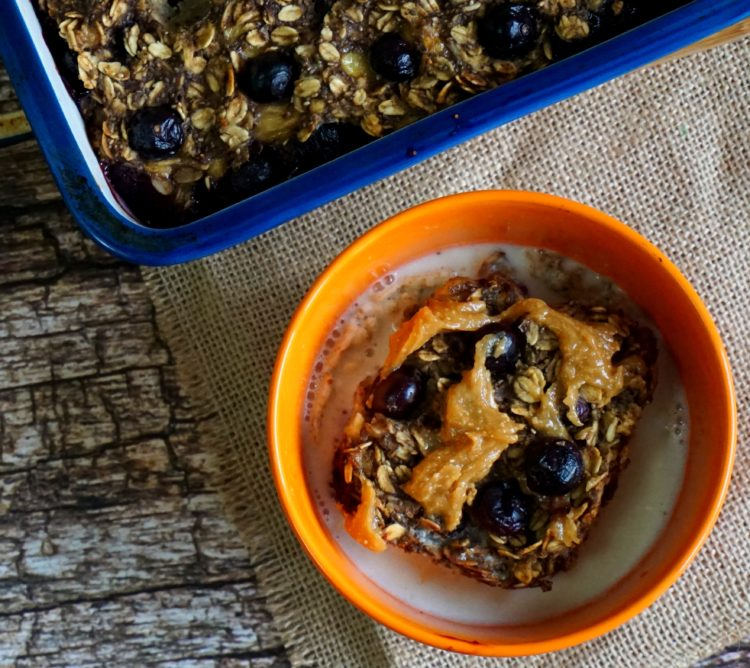 Baked porridge with blueberry and banana: a simple and super nutritious vegan meal for your everyday breakfast