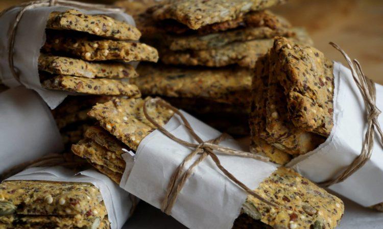 Bolachas salgadas (crackers) veganas com sementes e sem glúten